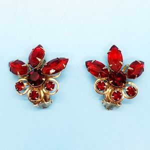 Vintage•Unsigned ruby red goldtone clip on•prongs•